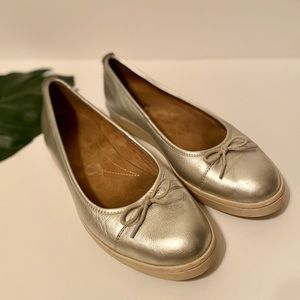 Clarks Metallic Round Toe Flat with Bow EUC